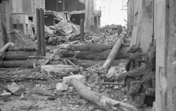 Imagem de cidade francesa na Normandia completamente destruída pelos combates entre Aliados e alemães em 1944.