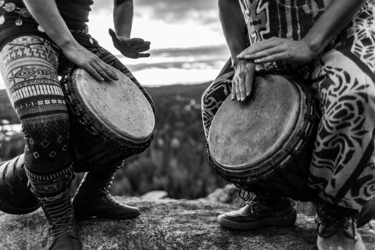 Djembes, instrumentos musicais típicos da África Ocidental.