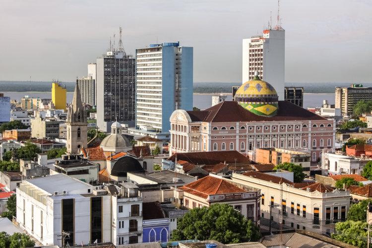A capital do Amazonas, Manaus, é uma das principais cidades brasileiras e concentra mais da metade da população do estado.