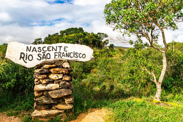 Indicação da nascente do São Francisco no Parque Nacional da Serra da Canastra.