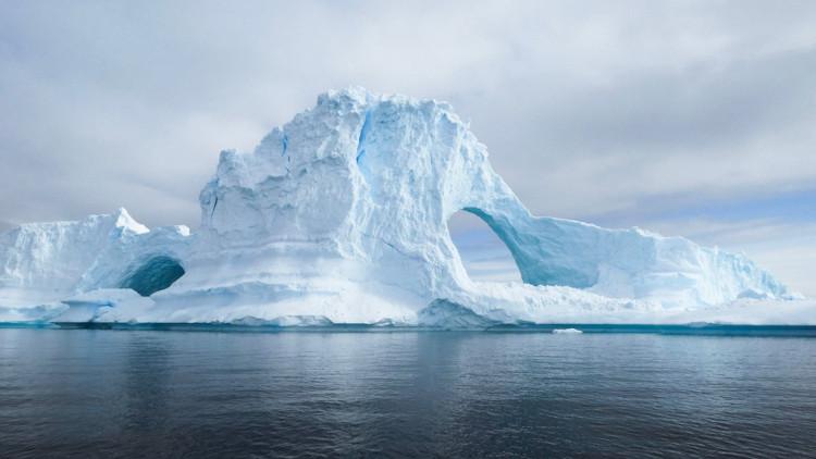 O oceano Glacial Antártico, localizado no extremo sul terrestre, apresenta baixas temperaturas e muitas formações de gelo.