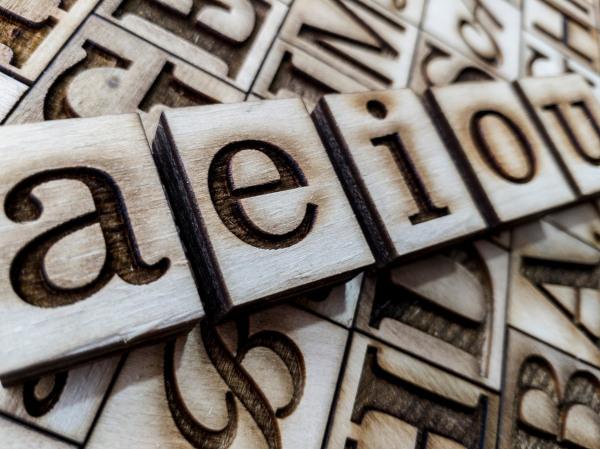 A assonância usa a repetição de sons vocálicos para criar efeitos de sentido no enunciado.