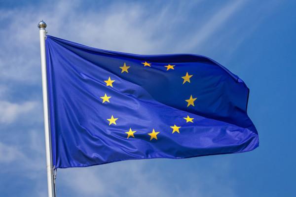 A bandeira da União Europeia representa a integração dos 27 países europeus que fazem parte desse bloco econômico.