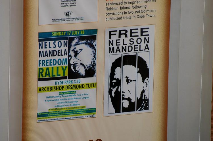 Cartazes colados em parede pedindo ao governo da África do Sul a liberdade de Nelson Mandela.