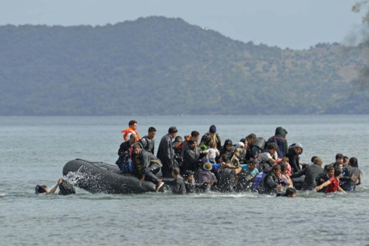 Refugiados sírios em bote, naufragando no mar.