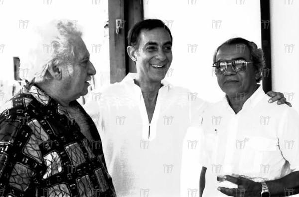 Dias Gomes, no centro da foto, ao lado do escritor Jorge Amado e do pintor Floriano Teixeira.