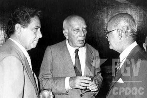 Fernando Henrique Cardoso e Ulysses Guimarães conversam com outro homem.