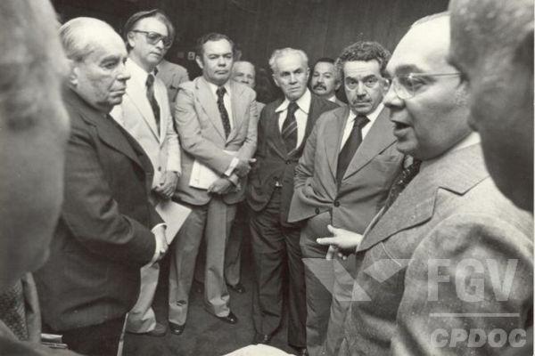 Itamar Franco (no fundo à esquerda, de óculos) foi um importante político brasileiro e esteve na presidência de 1992 a 1994.[1]