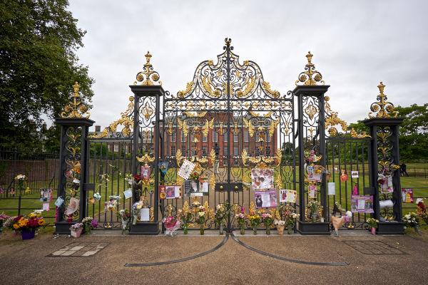 Portões do Palácio de Kensington, onde flores, fotografias e homenagens foram colocadas em memória da princesa Diana.