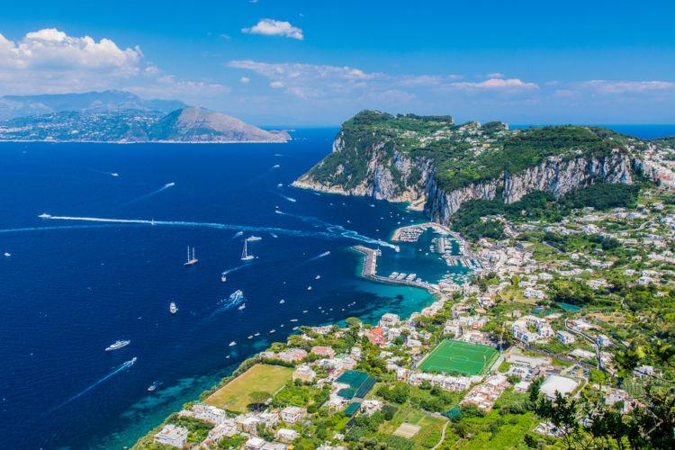 O litoral europeu é muito recortado e composto por várias formações de solo e rochas, além de muitas ilhas, como a Ilha de Capri (Itália).
