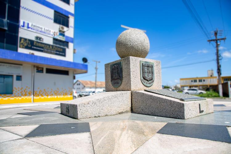 Marco do Tratado de Tordesilhas, na cidade catarinense de Laguna, por onde passou a linha imaginária do tratado. [2]