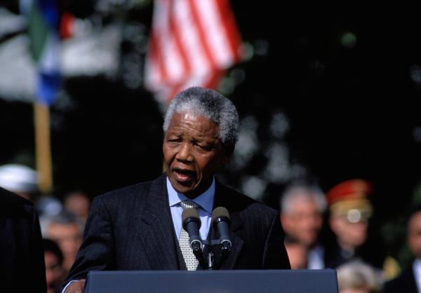 Nelson Mandela, em 1994, foi eleito presidente da África do Sul, buscando unir o país para superar a segregação racial. [1]