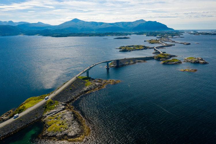Estrada oceânica na costa oeste da Noruega.