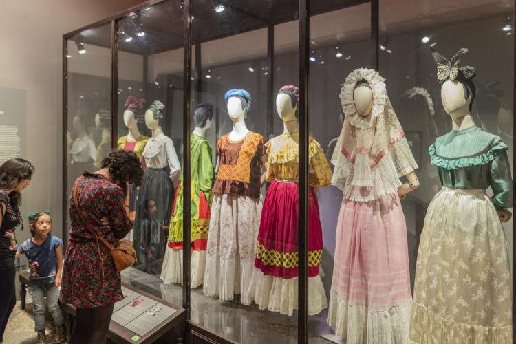 Galeria expõe diversas roupas de Frida Kahlo.