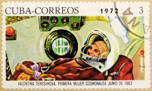 Selo cubano de 1972 que homenageia Valentina Tereshkova, a primeira cosmonauta a viajar para o espaço. [2]