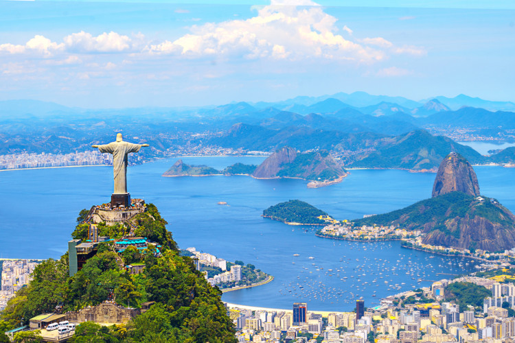 Vista aérea do Cristo Redentor e Corcovado, na cidade do Rio de Janeiro.