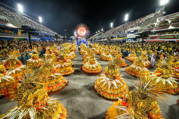 Desfile de escola de samba durante o Carnaval do Rio de Janeiro. [1]