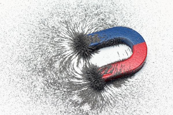 O campo magnético é uma região do espaço onde as cargas elétricas em movimento são sujeitas à ação de uma força magnética.