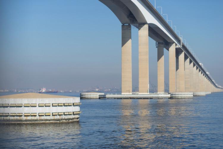 Vista da Ponte Rio-Niterói, no estado do Rio de Janeiro.