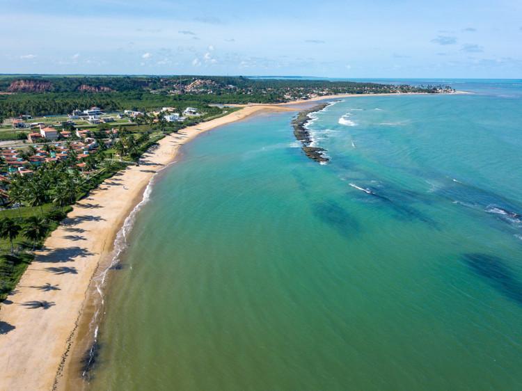 Foto aérea da orla da praia do Francês em Maceió, Alagoas.