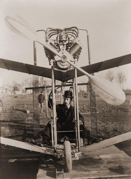 Alberto Santos Dumont foi o primeiro a pilotar uma máquina mais pesada do que o ar, em 23 de outubro de 1906.