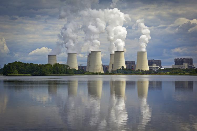 Usinas termoelétricas em operação em frente a um corpo d'água
