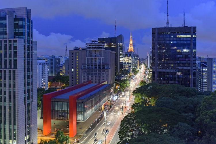 Avenida Paulista, na cidade de São Paulo. À frente, o Masp.