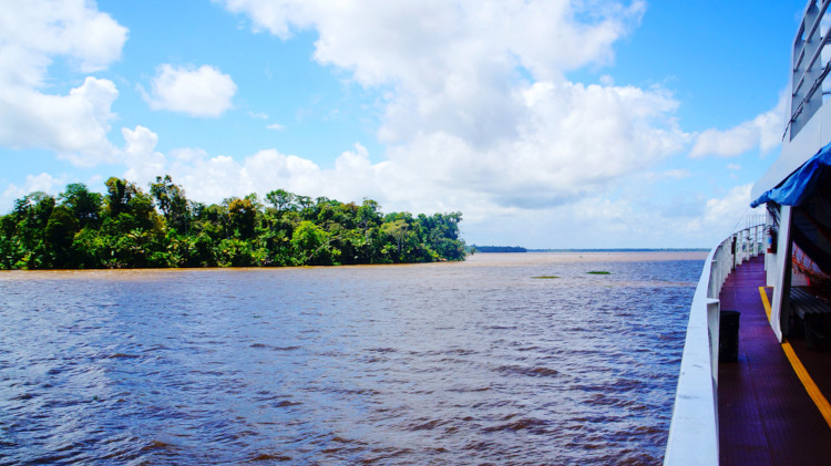 Foto de barco no rio Amazonas.