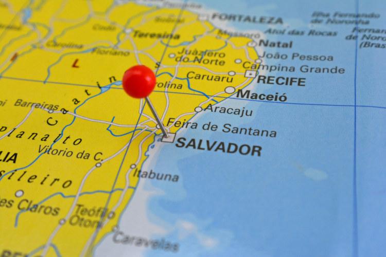 Mapa do litoral nordestino brasileiro com marcação em Salvador.