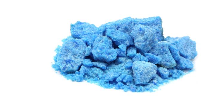 Amostra de sulfato de cobre II (CuSO4), que tem coloração azulada.
