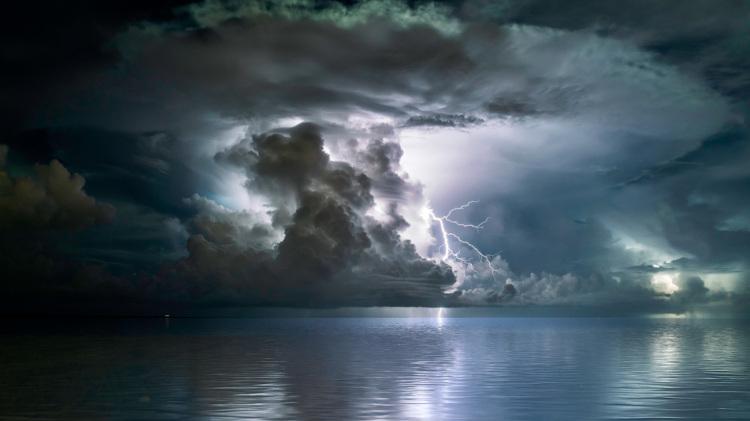 Horizonte com formação de tempestade e presença de raios.