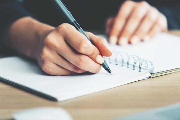 Conhecer bem os operadores argumentativos melhora a produção escrita.