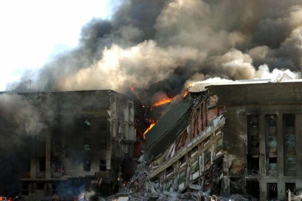 Imagem do Pentágono desmoronando e em chamas após atentado terrorista de 11 de setembro de 2001.