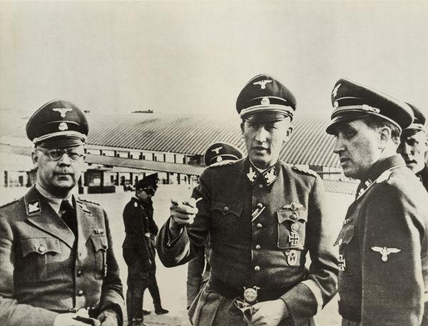 Reinhard Heydrich (ao centro) era o líder do Einsatzgruppen e foi um dos arquitetos do Holocausto.**