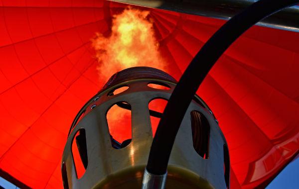O gás no interior dos balões de ar quente aumenta de volume e de temperatura, mas sua pressão permanece constante.