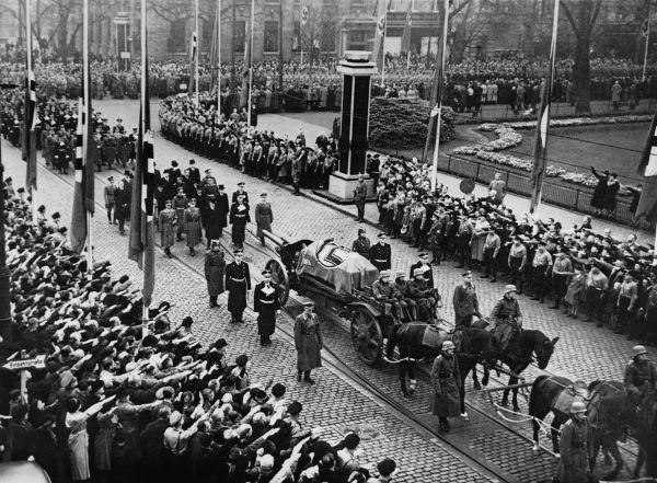 Imagem do funeral do diplomata Ernst vom Rath, morto por um judeu de 17 anos em Paris.*