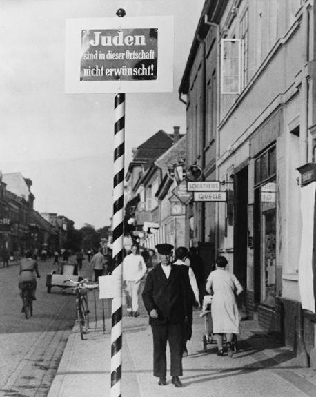 """Com as Leis de Nuremberg, placas como essa colocada em Schwedt tornaram-se comuns em toda a Alemanha. Na placa, está escrito: """"Judeus não são bem-vindos"""".*"""