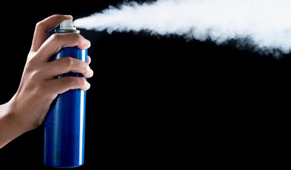 Os gases deixam os sprays aerossóis com alta velocidade e, por isso, não há troca de calor com o meio externo.