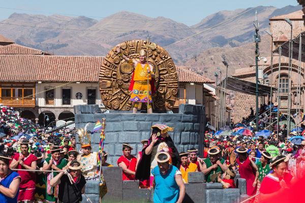 O festival conhecido como Inti Raymi é realizado até hoje no Peru. (Créditos: Roberto Epifanio e Shutterstock)