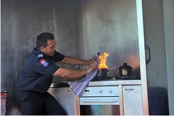 Apagando fogo de óleo do modo correto, com um pano úmido