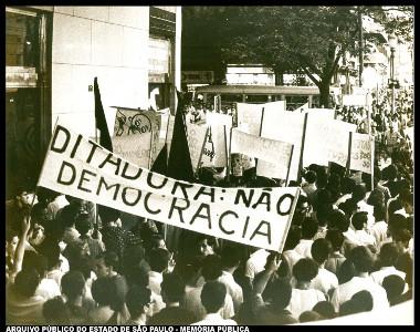 Manifestação de estudantes cariocas contra a ditadura e os militares realizada em 1966