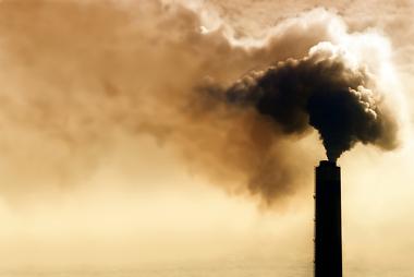Poluição atmosférica causada por queima de combustíveis fósseis em fábrica