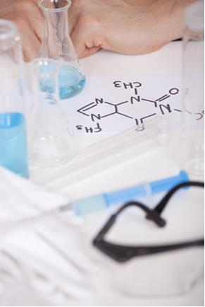As fórmulas químicas ajudam a entender as propriedades dos compostos. Acima temos uma fórmula estrutural