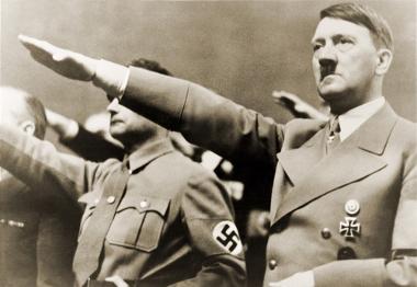 Adolf Hitler (1889-1945) fazendo uma típica saudação nazista *