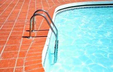 A superfície ar-água de uma piscina com as águas paradas forma um dioptro plano