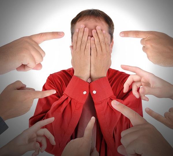 """Alguém que é erroneamente culpabilizado por todos os problemas de uma situação é referido como """"o bode expiatório"""""""