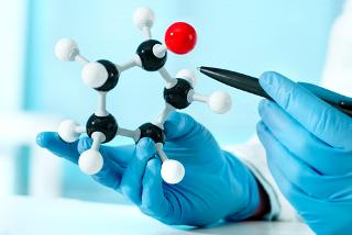 A estereoquímica estuda os arranjos espaciais das moléculas e como isso interfere nas suas propriedades