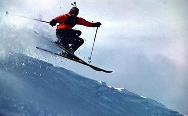 A superfície dos esquis exerce sobre a neve uma força de contato de mesma intensidade e de sentido oposto ao da força que a neve exerce sobre os esqui