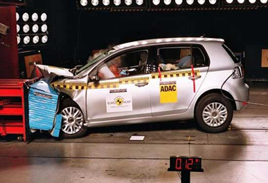 Na foto temos o momento da batida do carro teste contra o anteparo