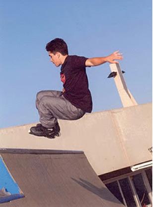 À medida que o patinador sobe a rampa, sua energia potencial aumenta e a cinética diminu